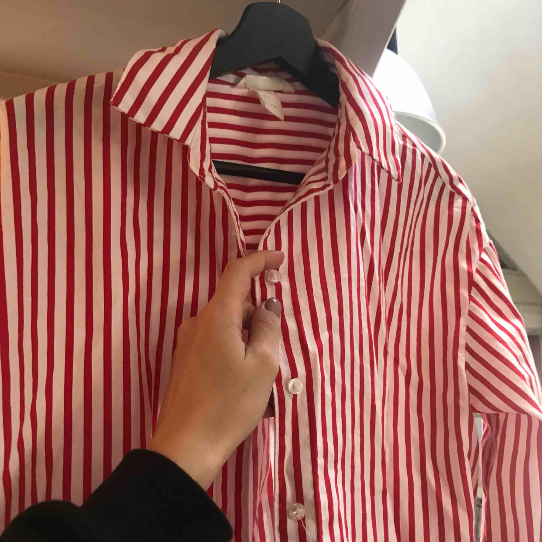 Snygg vit-röd randig kjorta från HM! Knappt använd men väldigt snygg. Kjolar.