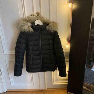 Säljer min riktigt fina Tommy Hilfiger vinterjacka, nypris 2200. Frakten går på 100kr eftersom att jackan är så stor. Kan kanske gå ner i pris med frakten i ett snabbt köp. Väldigt fint skick! EJ ÄKTA PÄLS!!!