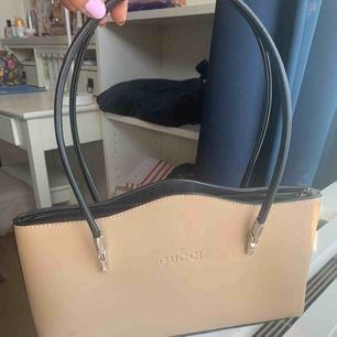 Snygg gucci-mini väska. Troligtvis fake. Har små slitningar, syns dock knappt. Köpare står för frakt.
