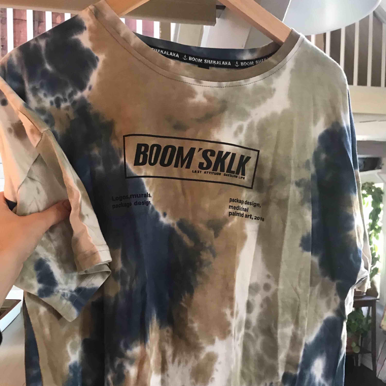 Super, super, suuuuper snygg oversized t-shirt från heyhenry, med nypris 600kr. Den är knappt använd och sitter perfekt på någon som är S-M. Hör av er för mer info 🥳🥳. T-shirts.