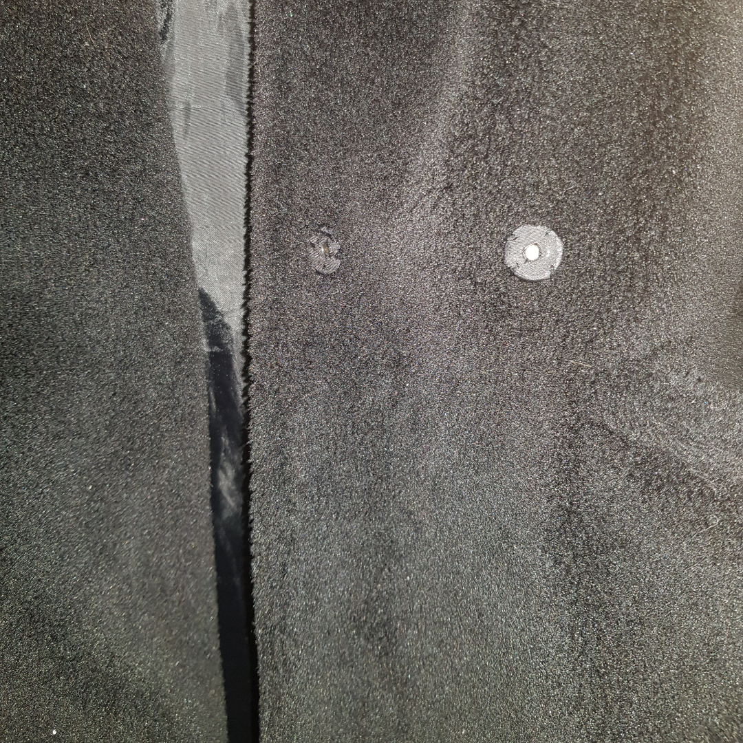 Jättemysig svart teddie jacka/kappa med luva. Knappen är av, men går att sätta på en själv. Storlek 38 men skulle säga att den passar mer som en 36a.  Skickar fler bilder vid förfrågan.. Övrigt.