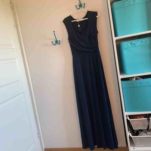 Fin långklänning med urringning. Fina detaljer och väldigt bra kvalitet. Aldrig använd.