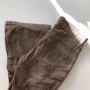 Uuuursnygga vintage Levis bootcut byxor. Tyvärr försmå för mig.... så i väldigt fint skick! Mocka, hittar dock inte storlek men skulle gissa på 25/26 & längden 32/33? Högmidjade också!