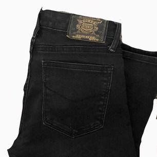 svarta bootcut jenas från crocker, bra skick förutom det lilla som ni kan se på bild 2💞