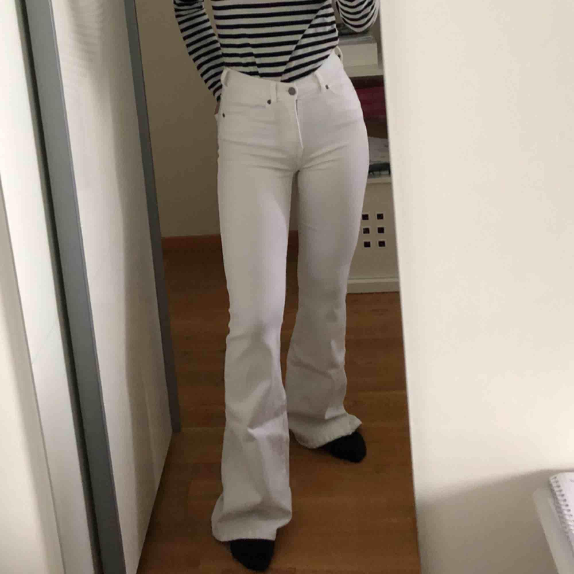 OANVÄNDA vita bootcut byxor från SALT i storlek M. Jeans & Byxor.