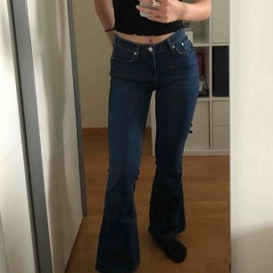 Mörkblåa bootcuts från Zara i storlek 26, jag är 166 cm och byxorna slutar precis vid slutet av anklarna