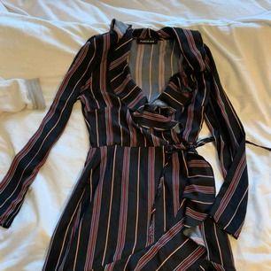 Bild 2 är samma klänning men en annan färg då denna inte finns kvar i lager men nu ser ni hur den sitter osv. Kan va snygg att matcha med en tjocktröja över så bara kjolen syns också då det börjar bli kallare🤪