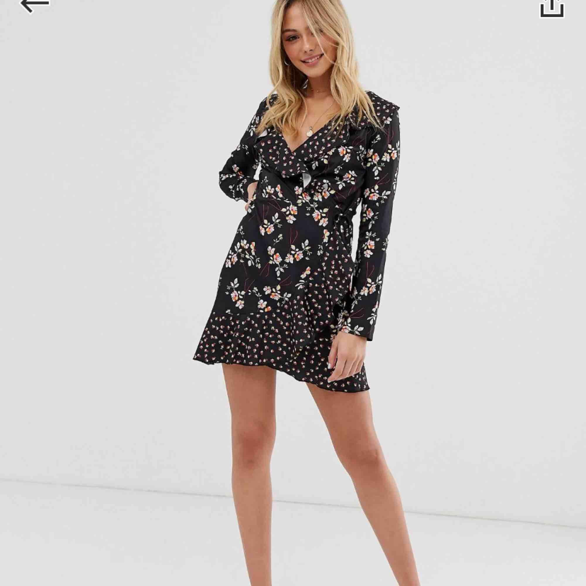 Bild 2 är samma klänning men en annan färg då denna inte finns kvar i lager men nu ser ni hur den sitter osv. Kan va snygg att matcha med en tjocktröja över så bara kjolen syns också då det börjar bli kallare🤪. Klänningar.