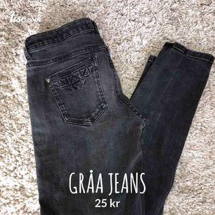 Gråa jeans, ganska sliten, märke Lindex, storlek S-M