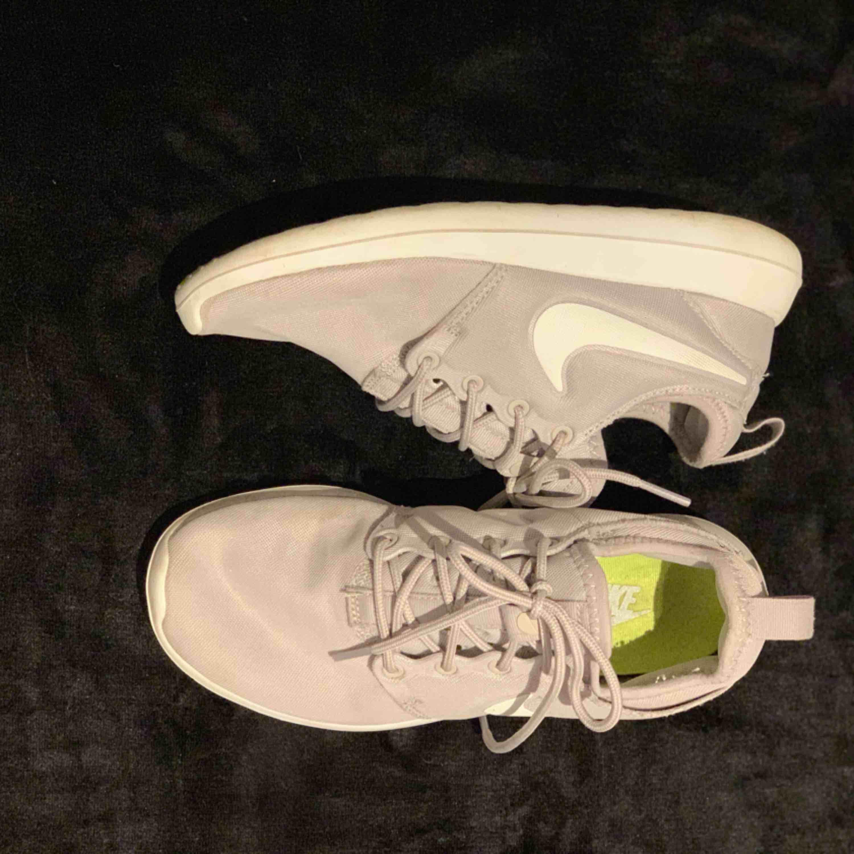 Ett par sparsamt använda skor, har mycket kvar att ge! Efter en tvätt är dem som helt nya. Kan tänka mig gå ner pris vid snabb affär.  Jag har swish & kan frakta så länge köparen står för kostnaden💌. Skor.