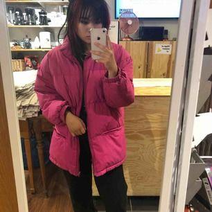 Jättefin rosa dunjacka, jättefint skick och stor och mysig, du kommer inte frysa denna vinter!