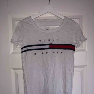 Superfin Tommy Hilfiger tröja som säljes då den tyvärr är för liten, är vanligtvis S-M! Tar betalning via swish och fraktar mot betalning