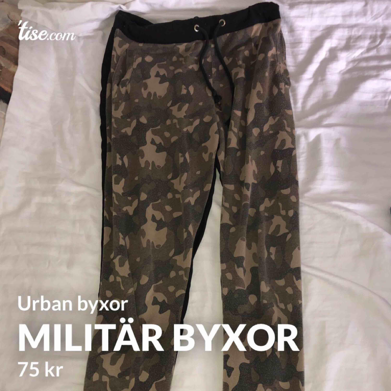 Miltitär byxor  Köparen står för frakt, kan mötas upp i Göteborg. Betalningen sker via swish.     . Jeans & Byxor.