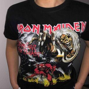 En svart T-shirt med rock tryck i bra skick