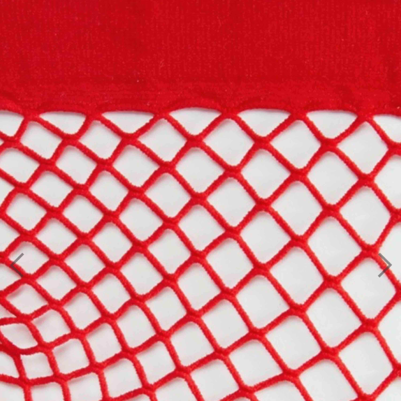 Röda sexiga ankelhöga nätstrumpor i oversize-modell, märket Monki. Har aldrig använt dem!   Passar skit bra till klackskor och även vanliga skor😍😍  . Övrigt.