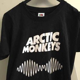 T-shirt med Arctic Monkeys tryck i storlek S, skulle definitivt säga att den ändå passar en M. Frakt 20 kr. 😊  Jag tar swish.