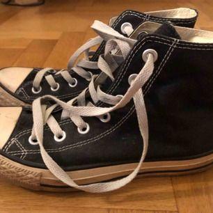 Svarta höga Converse. Storlek 37,5. I bra skick behövs tvätta kanterna av sulan om man önskar ha de kritvita. Skickas mot frakt.