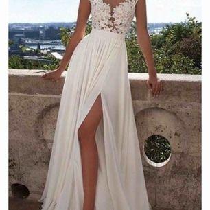 En jättefin klänning som är oanvänd. Nypris 4856.