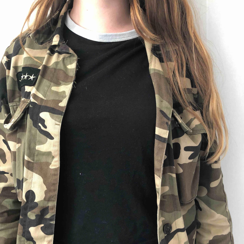 Svart t-shirt, märket HM, storleken S-M  Väldigt sliten så därför säljer jag den för ett billigt pris 20kr  T-shirten passar väldigt bra med en militärjacka   . T-shirts.