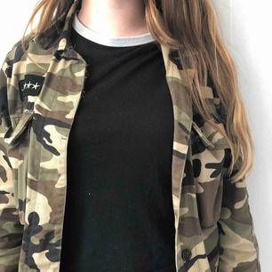 Svart t-shirt, märket HM, storleken S-M  Väldigt sliten så därför säljer jag den för ett billigt pris 20kr  T-shirten passar väldigt bra med en militärjacka