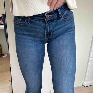 Ett par lågmidjade Levis bootcut jeans, nypris 1000 kr. Använda ett fåtal gånger så är i bra skick. Frakt tillkommer💕💕💕💕💕