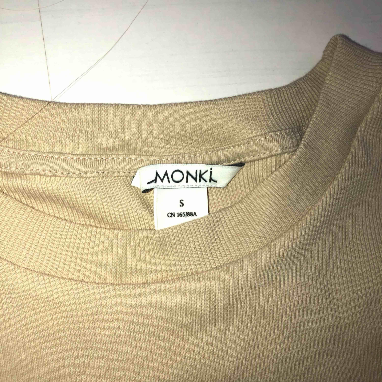 Nyköpt beige t-shirt, har knappt använt den, bra skick. Märket Monki, storlek S.  Pris 49 ord.pris 120kr)   Köparen står för frakt, kan mötas upp i Göteborg. Betalningen sker via swish.  Kan användas i vardagen. Passar bra till svarta jeans.   . T-shirts.