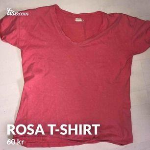 Levis rosa t-shirt   Köparen står för frakt, kan mötas upp i Göteborg. Betalningen sker via swish.  Kan användas i vardagen eller ha den som en myströja. Passar bra till svarta och blå jeans