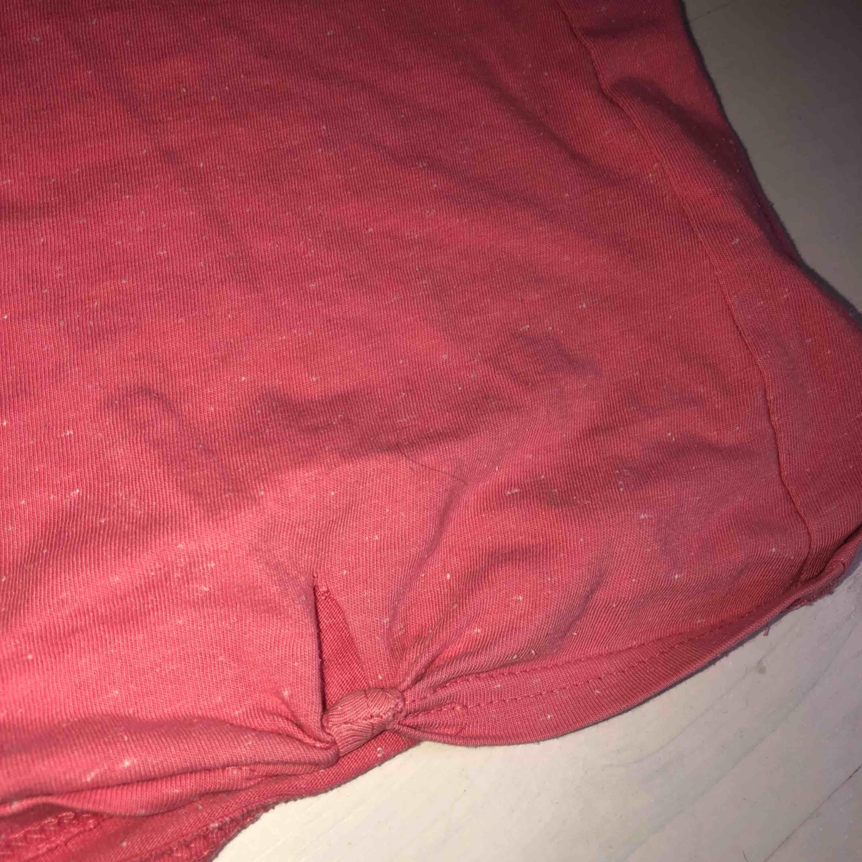 Levis rosa t-shirt   Köparen står för frakt, kan mötas upp i Göteborg. Betalningen sker via swish.  Kan användas i vardagen eller ha den som en myströja. Passar bra till svarta och blå jeans  . T-shirts.