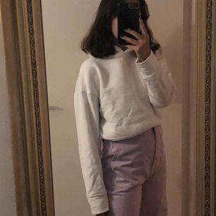 En super fin vit tjocktröja ifrån Zara. Jag köpte den i London och den kommer tyvärr aldrig till användning, använt den max två gånger.   Tröjan är även i en kortare modell.   Frakten ligger på 59kr