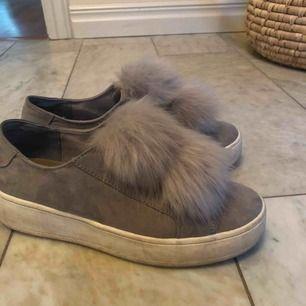 Älskar verkligen dessa skor men de har blivit för små för mig, så måste nu sälja de vidare⚡️ De är i bra skick, sulorna har lite bruna fläckar som går att tvätta bort. Även en svart fläck på ena skon som man ser på sista bilden❤️❤️