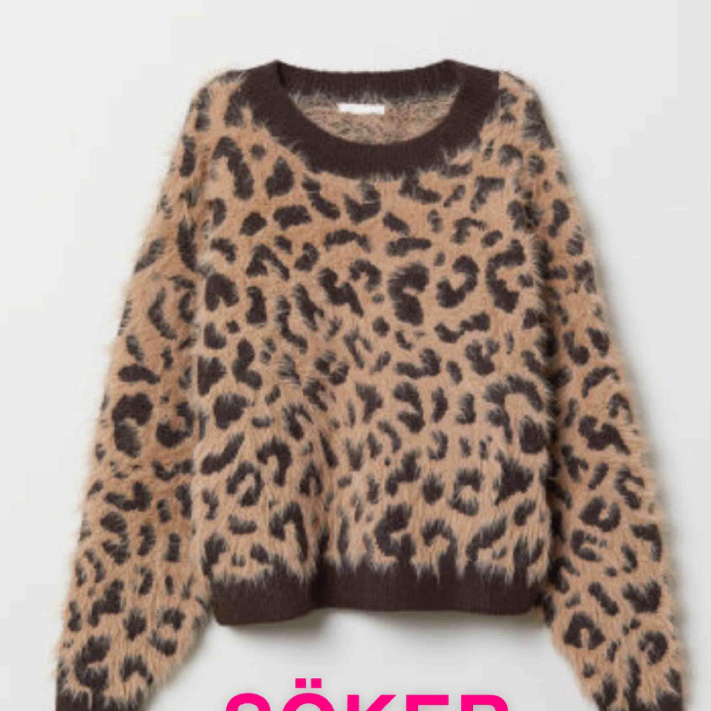 Söker en stickad leopardtröja i XS. Som den på bilden. Skriv till mig om du har en du kan tänka dig sälja💓💓. Stickat.