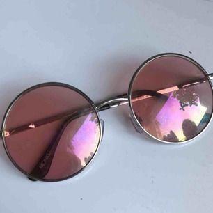 Coola runda solglasögon från monki. Glaset är rosa och bågarna silvriga, de funkar både om man vill bli av med det starka solljuset eller bara som en snygg accessoar. Köparen står för frakt!