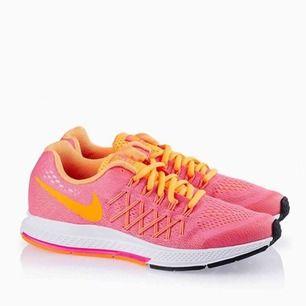Säljer mina Nike skor i strl 38. Väl använda och lite slitna men funkar. Nypriset är 1095kr. Frakt tillkommer