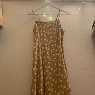 Säljer denna superfina klänning från mango! Kommer tyvärr inte till användning! Aldrig använd💕✨
