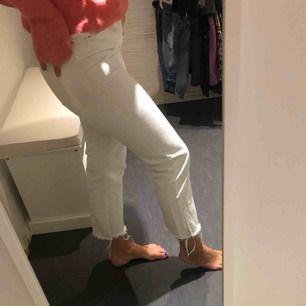 Säljer mina vääääldigt sparsamt använda vita jeans från zara pga att dom är för små för mig och har alltid varit :/.. dom är högmidjade och slutar ovanför ankeln på mig som är 167 cm lång.