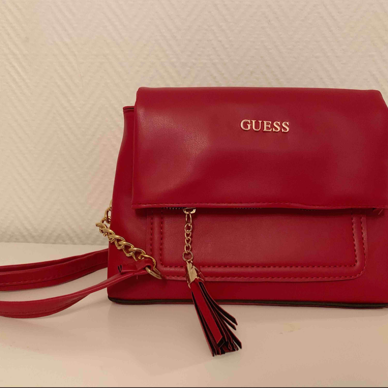 Oanvänd Guess Väska   —— OBS: KÖPAREN STÅ FÖR FRAKTEN! . Väskor.