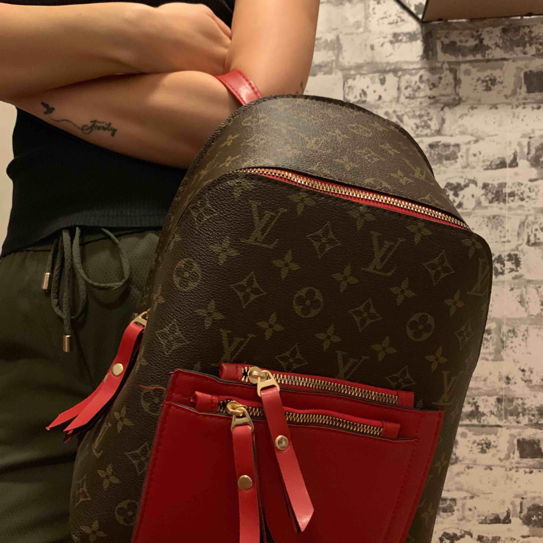 Louis Vuitton ryggsäck väska oanvänd.  Riktigt bra kvalité  —— OBS: KÖPAREN STÅ FÖR FRAKTEN! . Väskor.