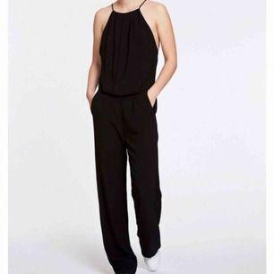 Säljer en svart jumpsuit ifrån Samsøe ø samsøe  •stl L •Detlajer (spets/öppen rygg) •Utsvängande byxor •Använd ett fåtal gånger men i bra skick:)  Nypris: 1500kr