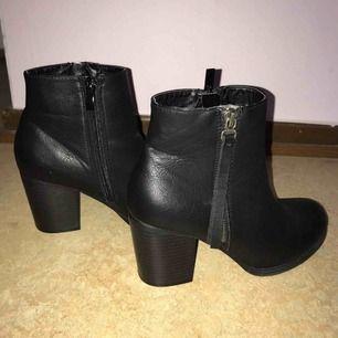 Säljer ett par jättefina skor som är köpta på din sko för ca 1 år sedan.  •Stl 38 •Endast använda 2 gånger vid fest tillfällen! •Läder •Dragkedja som detalj på ena sidan  Nypris: 399kr