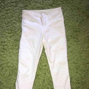 Säljer ett par vita ankel (skinny ankel) jeans från HM  • Använda ett par gånger, men i bra skick och har ej några fläckar:) •High waist •Nypris: 199kr