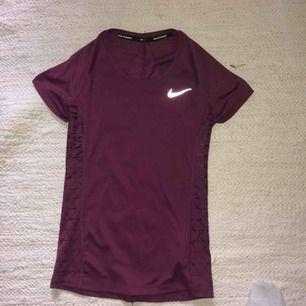 Tränings t-shirt Nike, aldrig använd, lila, storlek xs, tight passform