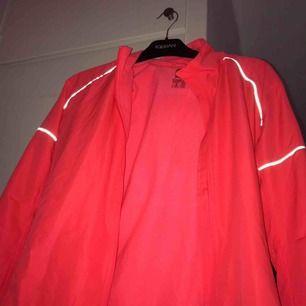 Säljer en lys orange/rosa träningsjacka  •stl 38/40 ( OBS! Stor i storleken) •Använd två gånger, i bra skick :) •Har reflexer (se bild!)
