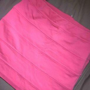 Säljer en rosa kjol från HM  •stl 158/164 (OBS! strechigt matrial så funkar för större storlekar också, jag har L och kan ha den! :)  •Använd men i bra skick! •Dragkedja som detalj bak