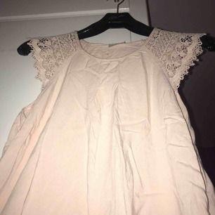 Säljer en rosa blus ifrån Vero Moda  • stl M • Använd 2 gånger så i bra skick :) • Detaljer (spets på ärmarna)  Nypris: 299kr