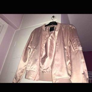 Säljer en rosa oanvänd bomberjacka från Lager 157.  •stl M (OBS! Stor i storleken) •I bra skick •Tunt matrial  Nypris: 300kr
