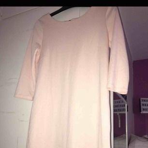 Säljer en rosa klänning från VILA.  •stl S (funkar även för M, strechigt material) •Gulddragkedja i ryggen •trekvartsarmar •Perfekt för exempelvis dop, bröllop •Använd en gång på ett dop