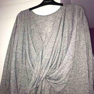Säljer en grå långärmad tröja från Bubbleroom.  •stl M, 38 •Använd ett fåtal gånger •I bra skick •öppen i ryggen