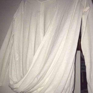 Säljer en vit långärmad tröja från Bubbleroom med öppen rygg.  •stl M, 38 •Använd ett fåtal gånger •I bra skick