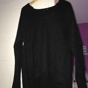 Säljer en svart stickad tröja i från Lager 157  •stl M (OBS! Stor i storleken så passar även L!) •Använd men i bra skick. •Nypris: 150kr