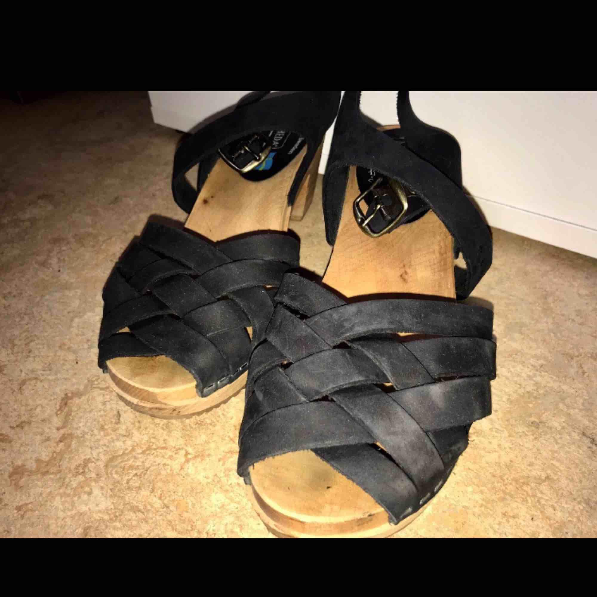 Säljer ett par Äkta moheda skor, som är köpta på sportamore.  •Stl. 39 •Använda två gånger, och i mycket bra skick:) •Har ej kvar original kartongen  Nypris: 349kr (ordinarie pris: 599kr). Skor.